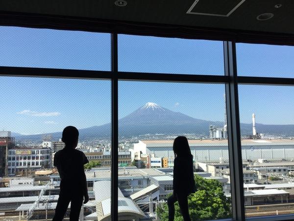 共有ダイニングから見える富士山